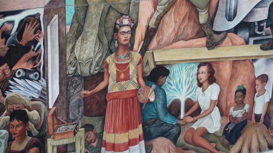 """Frida Kahlo en el mural """"Pan American Unity"""" de Diego Rivera, en San Francisco"""