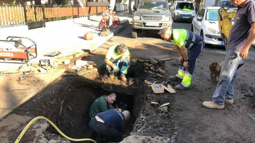 Un momento del arreglo de la rotura de la tubería, en la calle Tanausú, de la red de agua de Los Llanos de Aridane.
