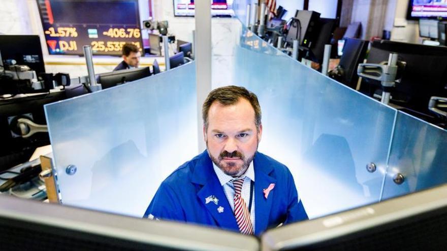 Wall Street abre en rojo arrastrado por la caída en rendimiento de los bonos públicos