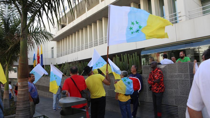 Asistentes al acto del izado de la bandera de las siete estrellas verdes
