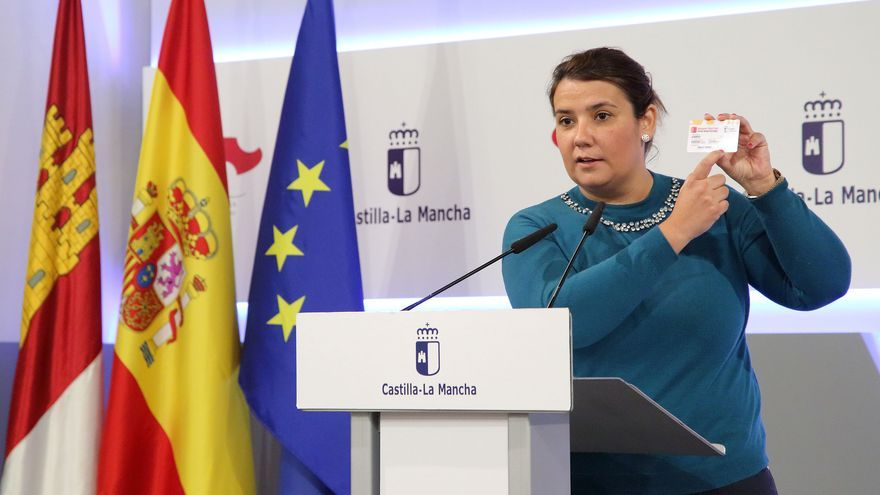 Tita García Élez muestra el carné de transporte joven