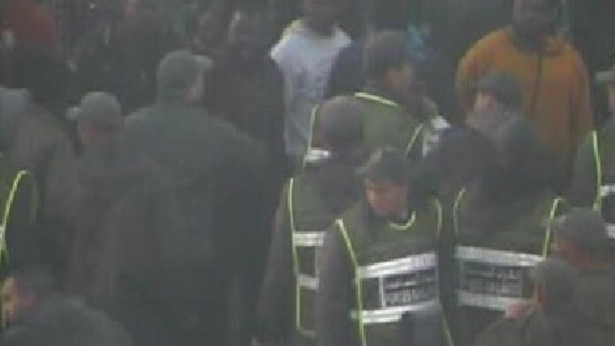 Uno de los supervivientes, visiblemente enfadado, señala hacia el lado español mientras agentes marroquíes intentan frenarle. Fotograma de uno de los vídeos que graban los hechos ocurridos en el agua. Esta escena ocurre después de la violenta actuación policial de ambos países.
