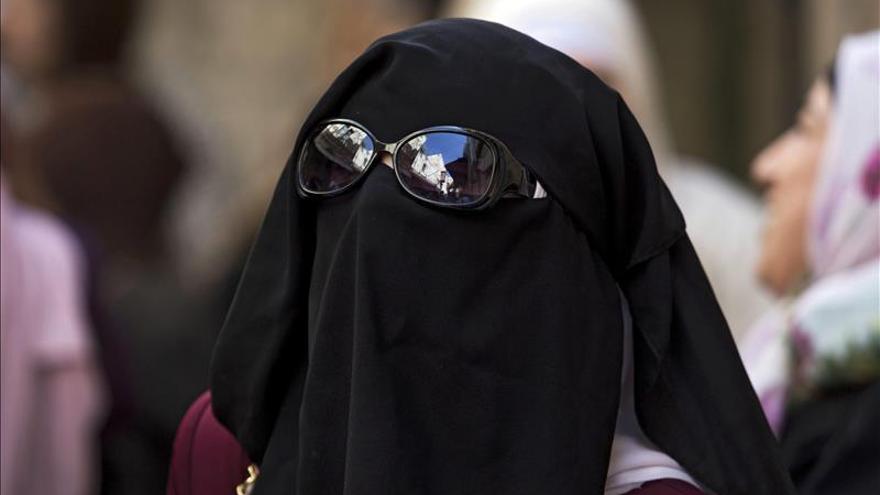 El EI obliga a las mujeres a taparse los ojos con el velo en noreste de Siria