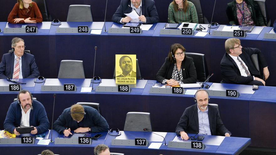 """""""Liberad a los presos políticos y exiliados catalanes"""": un cartel reivindicativo sustituye a Oriol Junqueras en el Parlamento Europeo / Michel Christen / European Parliam / DPA"""