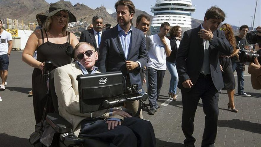 El científico británico Stephen Hawking en el puerto de Santa Cruz de Tenerife.  EFE/Ramón de la Rocha
