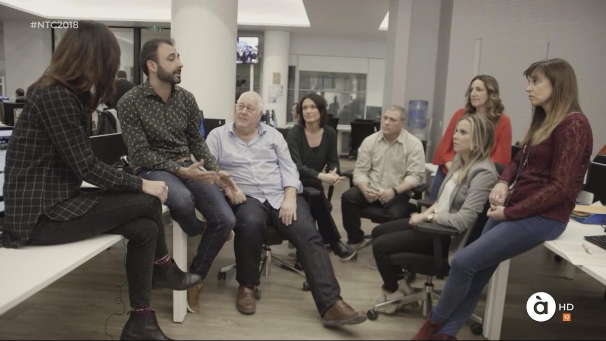 Iván Esteve, segundo por la izquierda, junto a parte de la plantilla de À Punt Media.