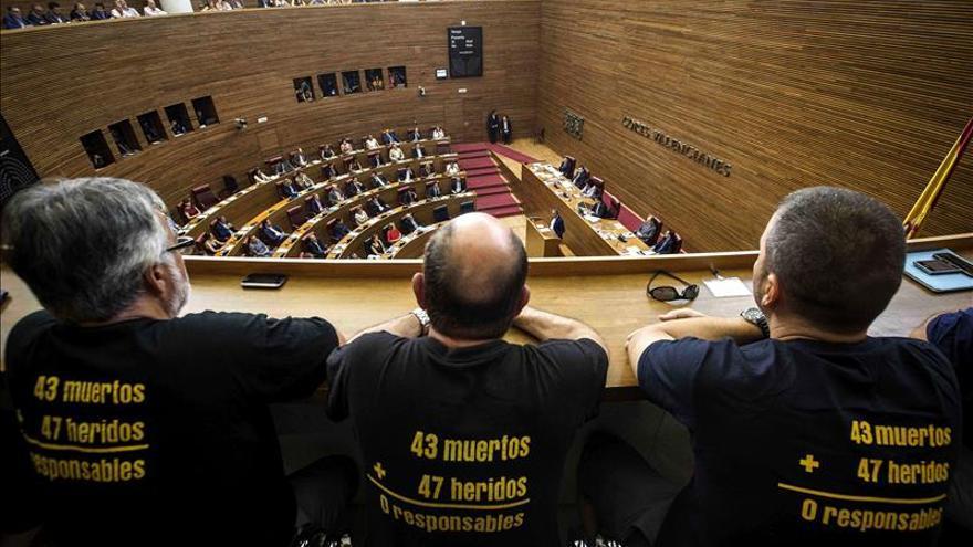 Víctimas de la Asociación Víctimas del Metro (AVM3J), asisten al pleno de Les Corts donde se votó la creación de la comisión de investigación.