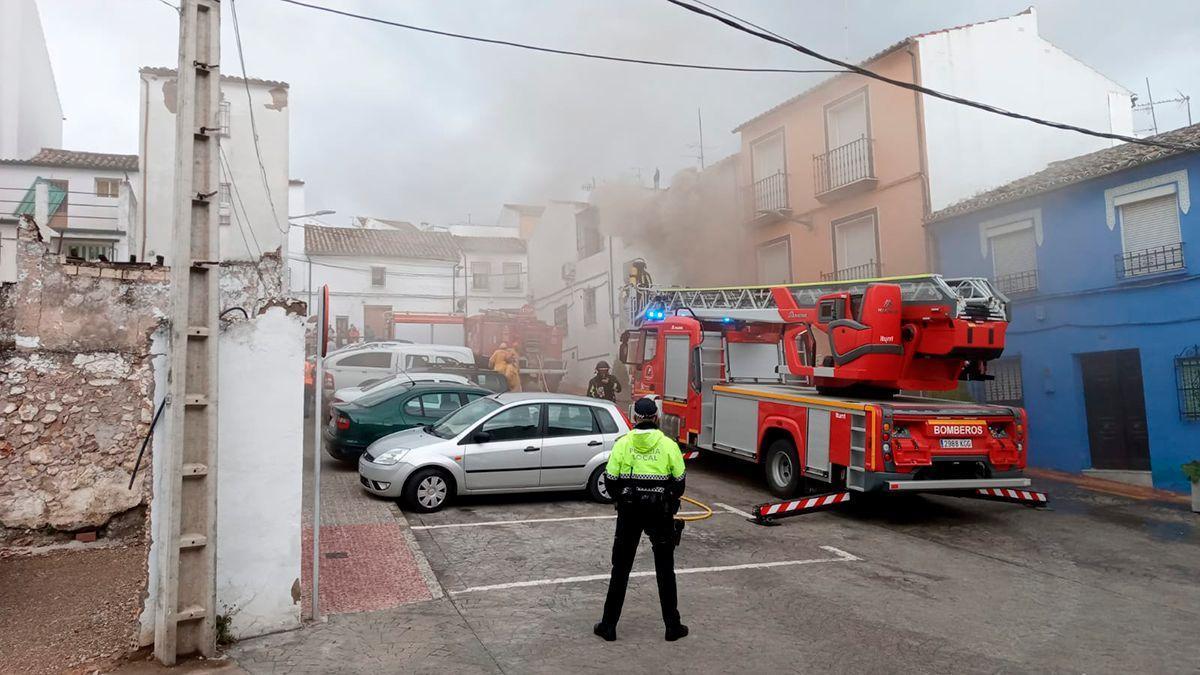 Los bomberos actúan en el incendio de una vivienda en Rute originado por un rayo.