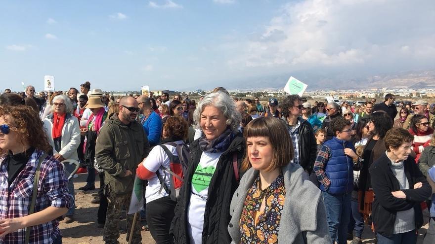 """La """"cadena humana"""" a favor de otorgar más protección a Las Salinas de Roquetas congrega a cientos de personas"""