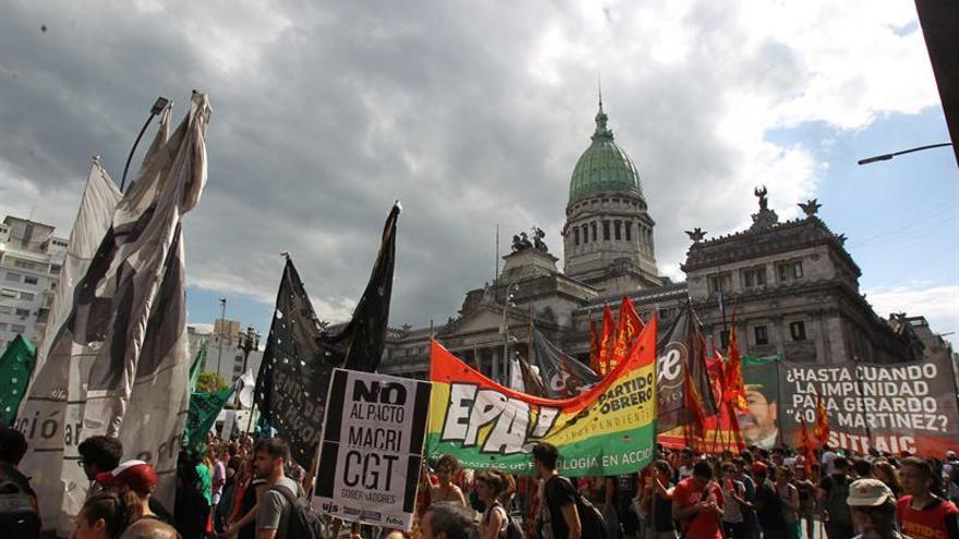 126 diputados argentinos juran su cargo entre protestas por las reformas de Macri