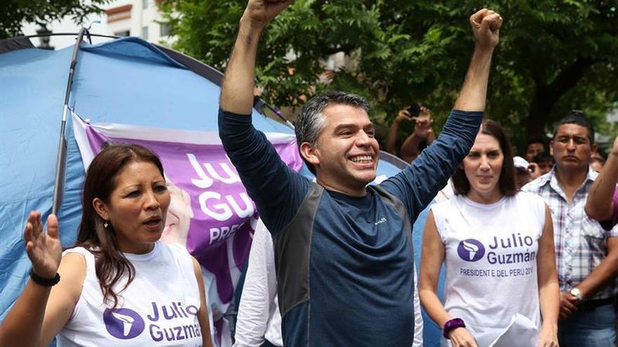 Guzmán consolida el segundo lugar a la espera de la decisión sobre su candidatura en Perú