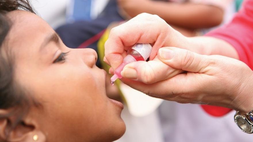 Una niña recibe una vacuna contra la polio. / RIBI Image Library