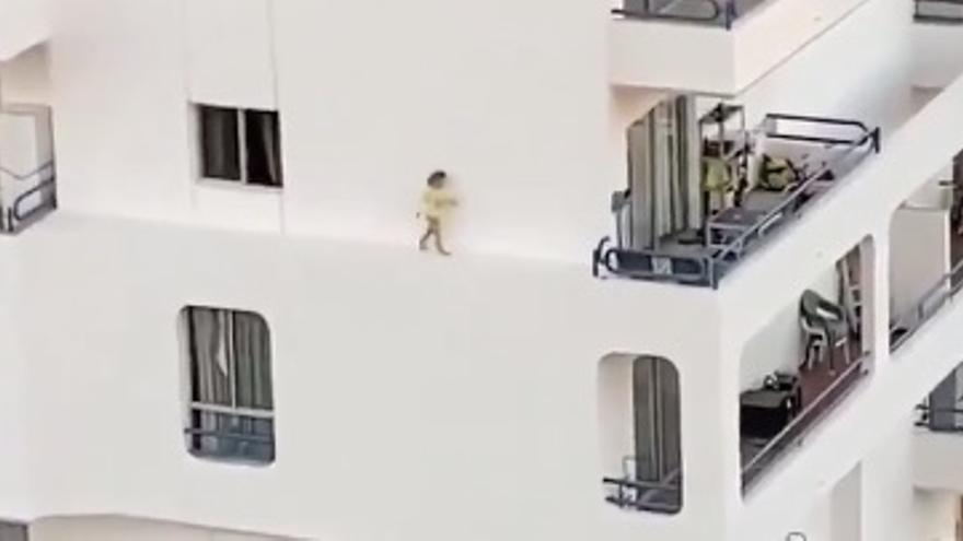 Imagen del vídeo en el que se ve a una niña caminando sola por una cornisa en Tenerife