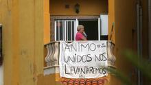 Un cartel con mensaje de ánimos en la capital grancanaria. EFE/ Cristóbal García