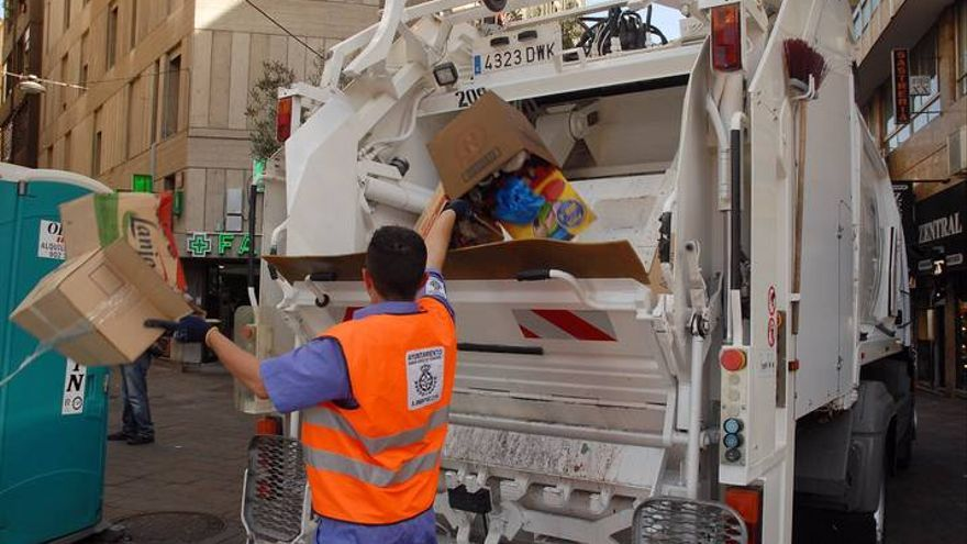 Un operario del servicio municipal de recogida de basura en Santa Cruz