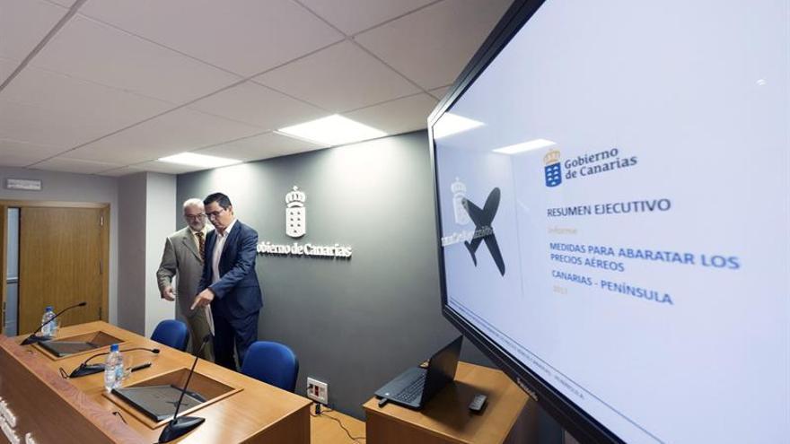 Presentación del informe para el abaratamiento de los billetes aéreos entre las islas y el resto de España. EFE/Ángel Medina G.
