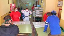 Voluntarios de Cáritas entregan alimentos a personas vulnerables