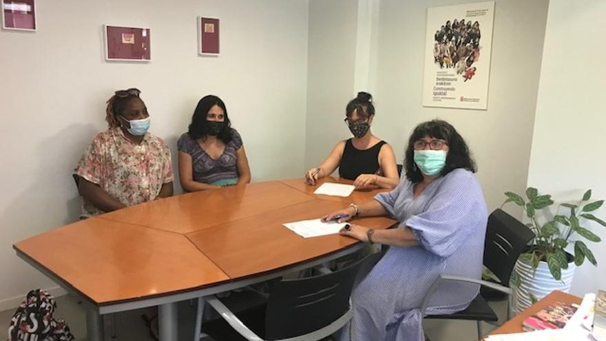 Eva Istúriz, Ainara Tirapu y dos representantes de la Asociación Acción contra la Trata en la firma del convenio