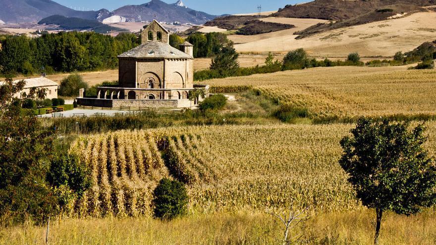Ermita templaria de Santa María de Eunate, uno de los hitos mágicos del Camino de Santiago. VIAJAR AHORA