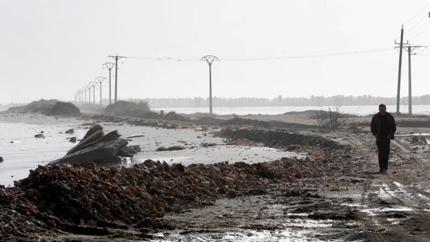 """Un hombre caminan por la playa de la Marquesa en el Delta del Ebro (Tarragona), donde el mar ha borrado la playa y todas sus estructuras y equipamientos a consecuencia del temporal """"Gloria""""."""