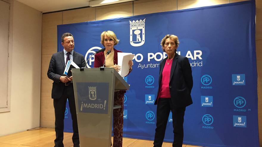 La presidenta del PP de Madrid, Esperanza Aguirre, muestra sus recibos de la luz. / Andrés Gil