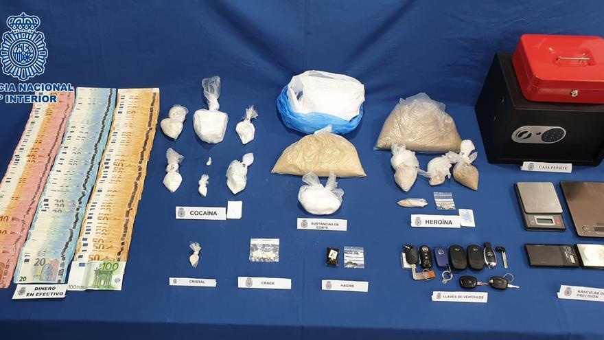 Drogas, dinero y otros objetos incautados a un sospechoso en el barrio de Cruz de Piedra