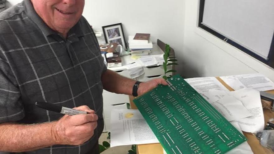 Paul Terrell firmando una de las placas base del Apple I