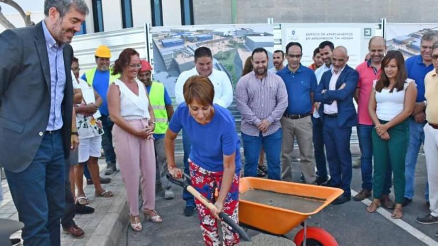 La alcaldesa de Mogán, Onalia Bueno, junto al expresidente del Gobierno de Canarias, Fernando Clavijo, en la inaguración de las obras del aparcamiento de Arguineguín.