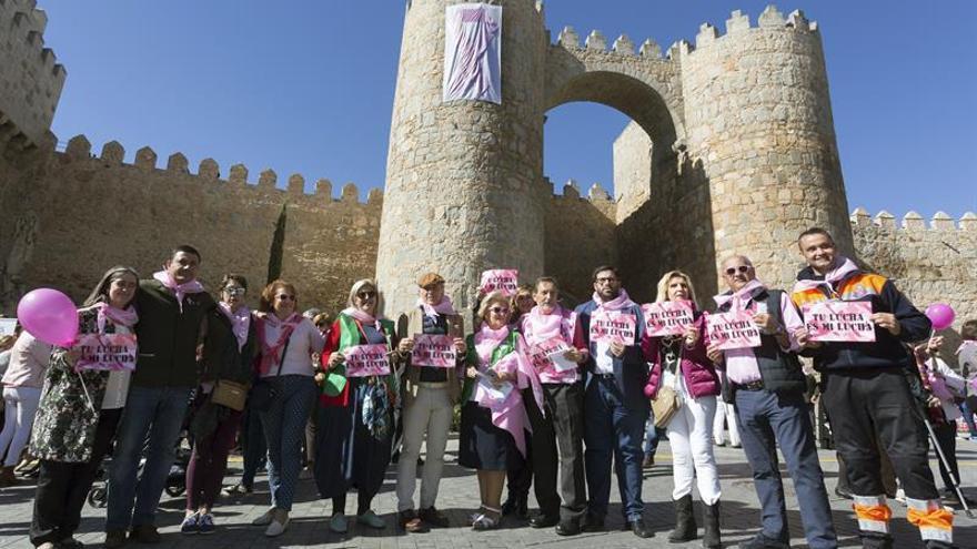 M s de personas abrazan la muralla de vila contra for Mural nuestra carne