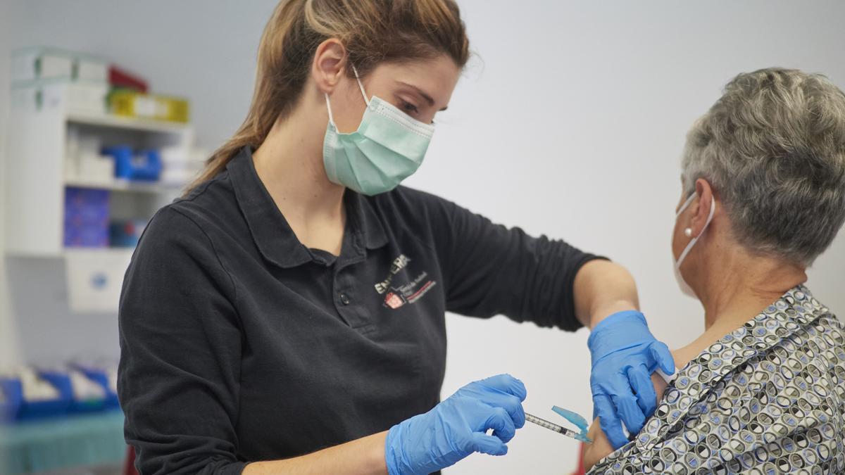 Una mujer recibe la vacuna de Janssen contra el Covid-19 en Pamplona