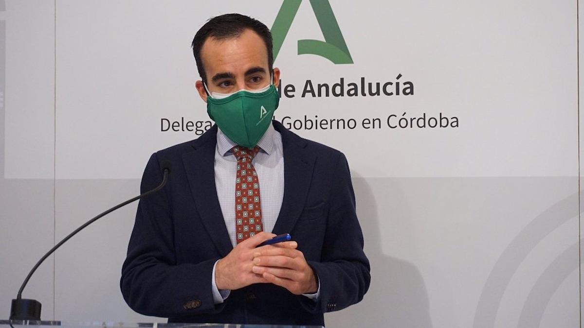 El delegado de Empleo de la Junta de Andalucía en Córdoba, Ángel Herrador, en rueda de prensa.