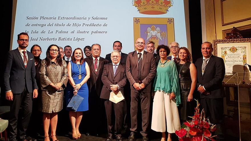 Los miembros de la Corporación insular junto a Norberto Batista.