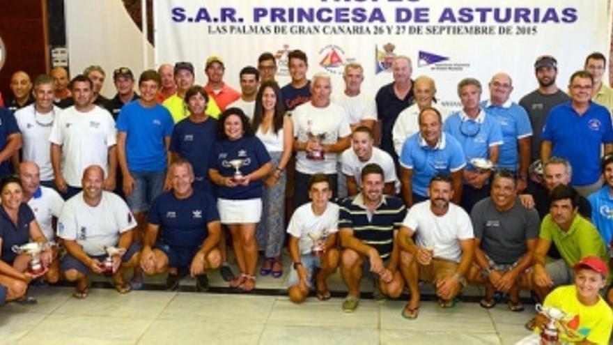Foto de familia de los ganadores y de las autoridades que entregaron el trofeo. (rcngc.com).