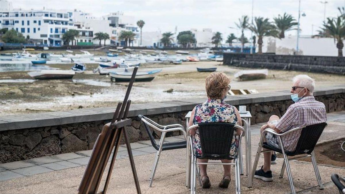 Dos personas en una terraza en Arrecife.