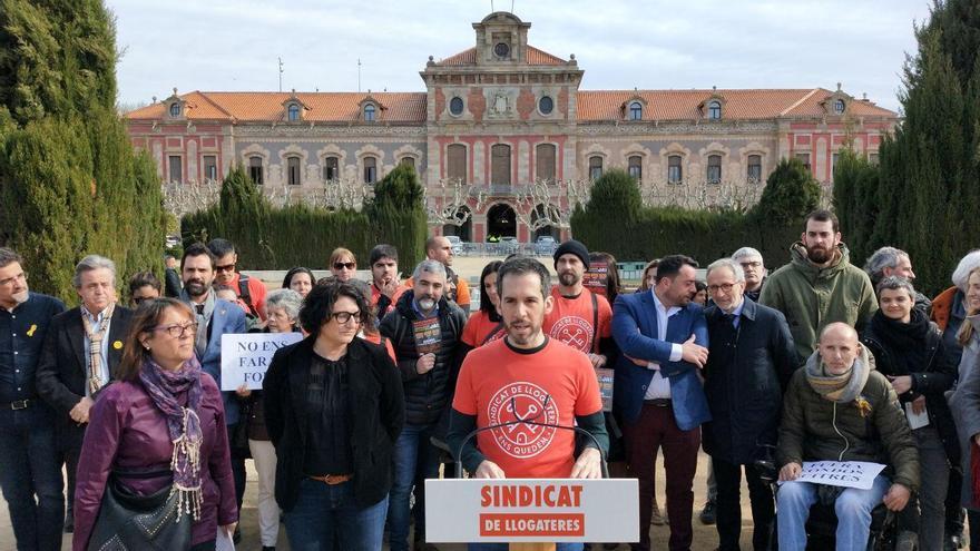 Miembros del Sindicato de Inquilinos en su acto a las puertas del Parlament