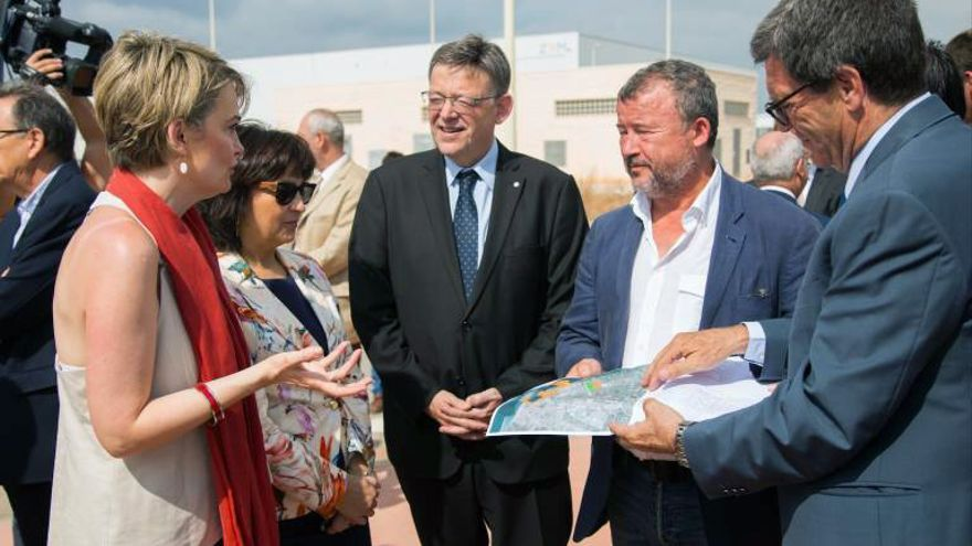 Rosa Mosulén, presidenta de Sepides, dialoga con Ximo Puig y el alcalde de Sagunto, Quico Fernández