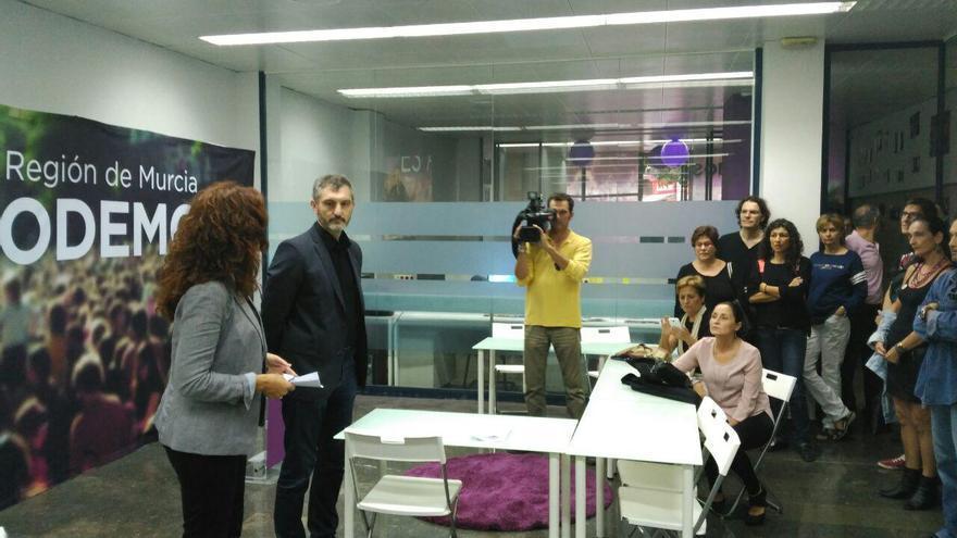 García y Urralburu atienden a los medios en la nueva sede de Podemos