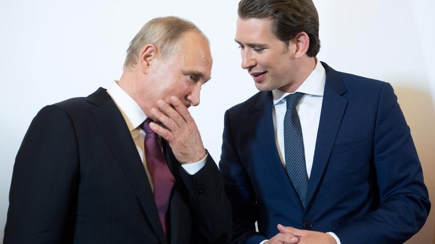 Vladimir Putin, junto con Sebastian Kurz, canciller austríaco durante la visita del dirigente ruso a Viena