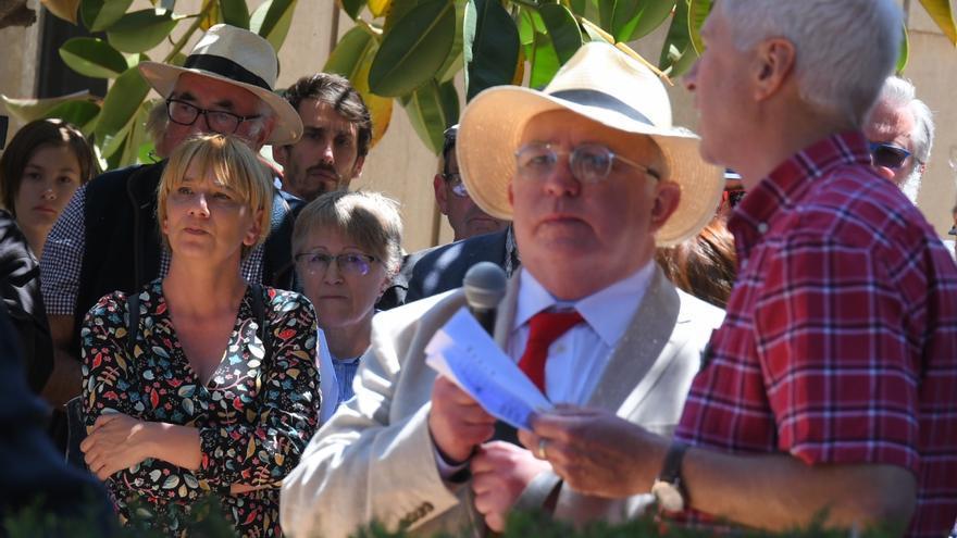 Richard Blair con el micrófono en el homenaje celebrado este martes en el Cementerio General de Valencia en recuerdo de Bob Smillie