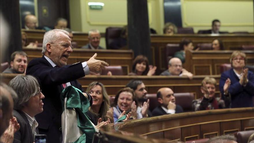 Un diputado del PSOE protesta ante Rajoy envuelto con una bandera de Andalucía