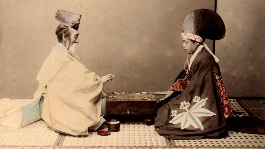 Un sacerdote shintoísta juega una partida con un actor