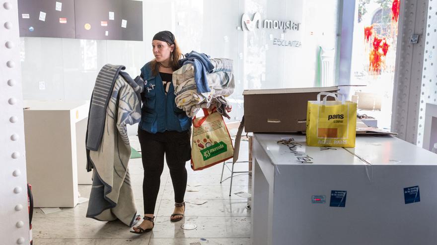 Una huelguista abandonando la ocupación. / ENRIC CATALÀ