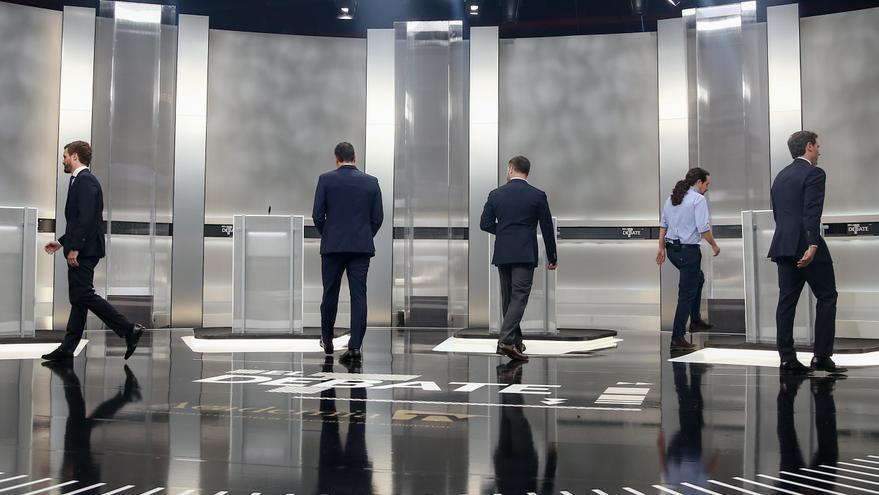 Los cinco candidatos se preparan para colocarse en su atril antes del arranque del debate.