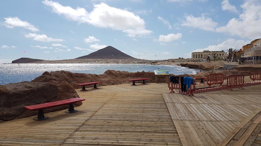Paseo con vallas del litoral de El Médano, en la principal zona turística de Granadilla