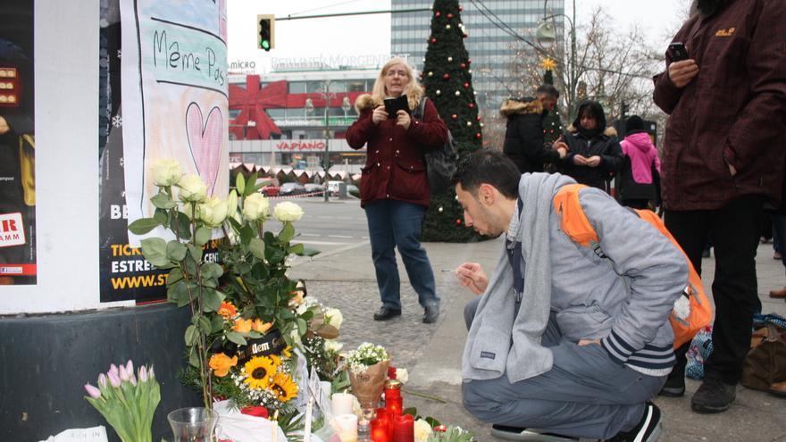Berlineses colocan flores y velas en el lugar del atentado de Berlín.