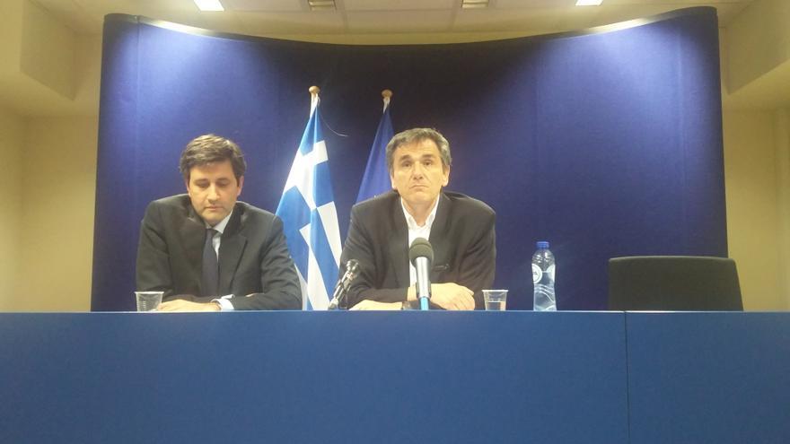 El ministro de Finanzas de Grecia, Euclides Tsakalotos (izq.)