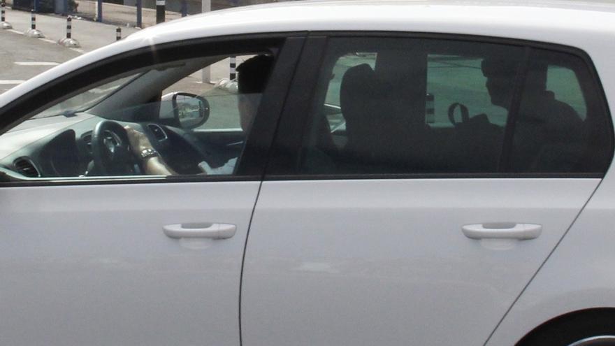 Momento en el que Soria y su esposa desembarcan en Fuerteventura procedentes de Lanzarote. En el asiento trasero, el escolta.