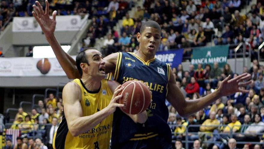 Diego Fajardo y Walter Tavares en el partido entre el Canarias y el Gran Canaria. EFE/Cristóbal García