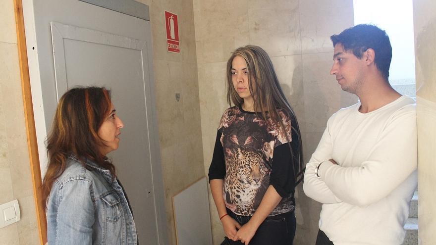 La pareja, junto a la concejal de Participa Cristina Honorato