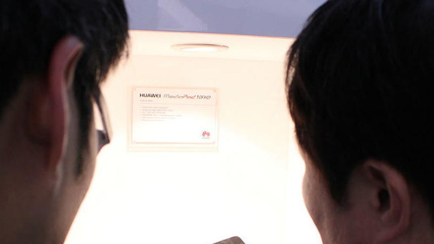 Dos personas prueban la Huawei MediaPad 10FHD (Foto: Sergio Uceda | Flickr)